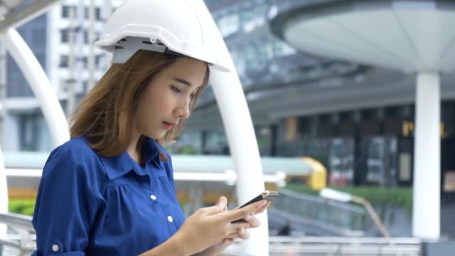 asiengeschäft junge frau ingenieur textnachrichten - weibliche angestellte stock-videos und b-roll-filmmaterial