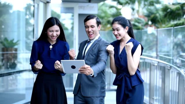 Asiatisk ung grupp business talk på arbetsplatsen i staden