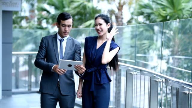 vídeos y material grabado en eventos de stock de grupo jóvenes asiáticos business talk en lugar de trabajo en la ciudad - business talk frase corta
