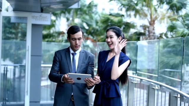 vídeos y material grabado en eventos de stock de grupo jóvenes asiáticos business talk en lugar de trabajo en la ciudad - vestimenta de negocios formal