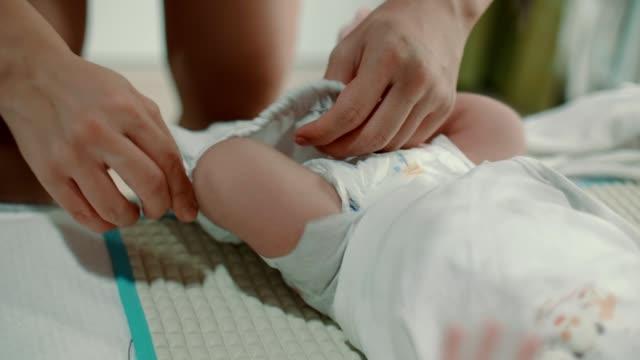 vídeos y material grabado en eventos de stock de cu : madre joven asiática vistiendo a su bebé bebé (0-1 meses) - recién nacido 0 1 mes