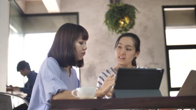 カフェ ビジネス プロジェクト研究スローモーションでアジア系の若い人