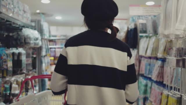 vídeos de stock e filmes b-roll de asian young woman shopping in supermarket - desodorante