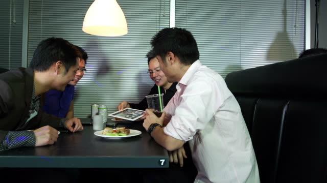 アジア料理とご一緒にあるナイトクラブ - アルコール飲料点の映像素材/bロール
