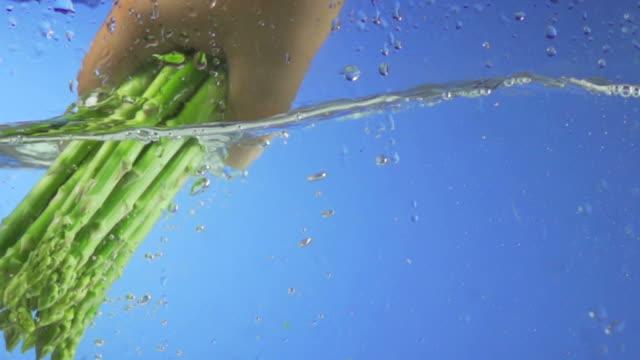 Spargel planschen in Wasser (Super Zeitlupe)