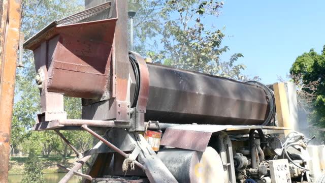 vídeos de stock e filmes b-roll de mistura de asfalto máquina - cilindro veículo terrestre comercial