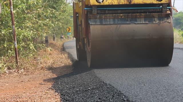 vidéos et rushes de route asphaltée de construction - macadam