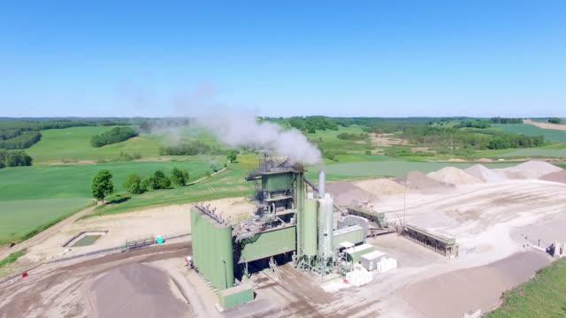 vídeos y material grabado en eventos de stock de planta de asfalto y hormigón con corriente excavadores y niveladoras. - poland