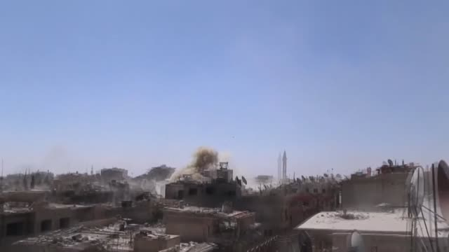 vídeos de stock e filmes b-roll de assad regime and russian airstrikes hit the last oppositionheld douma town with heavy air strikes killing at least 47 people on april 07 2018 - ataque aéreo