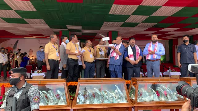 assam chief minister himanta biswa sarma showing a large rhinoceros horn which to be stored for education and research propose, at a stadium near the... - 角のはえた点の映像素材/bロール