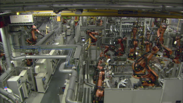 ws pan assembly line robots in motion at bmw car plant / munich, bavaria, germany  - autofabrik stock-videos und b-roll-filmmaterial