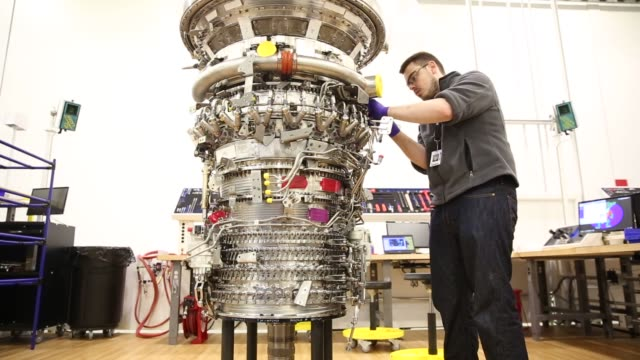vídeos de stock e filmes b-roll de assembly technicians work on the core of a general electric leap 1a aircraft engine destined for an airbus a 320 neo at the ge aviation lafayette... - general electric