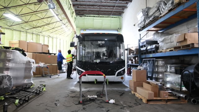 vidéos et rushes de assembly testing repairs and servicing of grande west transportation group buses factory in vancouver british columbia canada on thursday august 2018 - véhicule utilitaire et commercial
