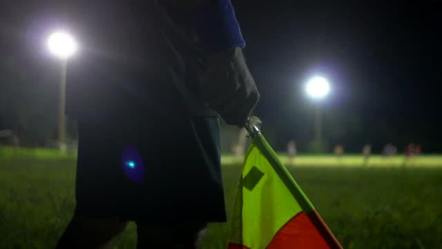 vídeos y material grabado en eventos de stock de árbitro asistente informar a la sustitución - oficial deportivo