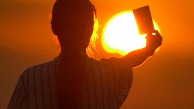 assistenti arbitri in azione al tramonto - giudice video stock e b–roll