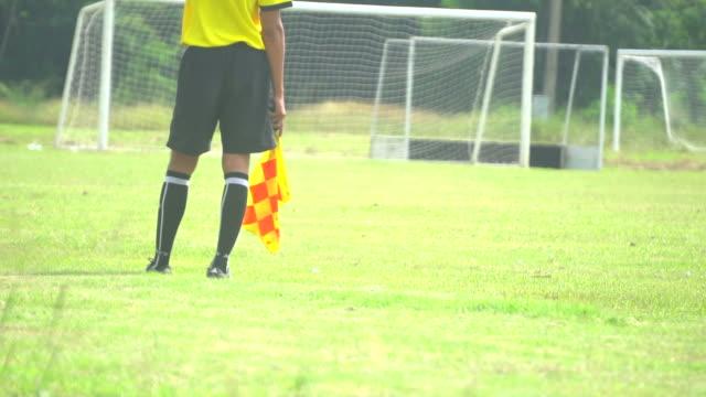 vídeos y material grabado en eventos de stock de árbitros asistentes en acción durante un partido de fútbol - oficial deportivo