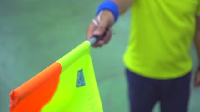 サッカーの試合中にアクションでアシスタントレ - スポーツの判定員点の映像素材/bロール