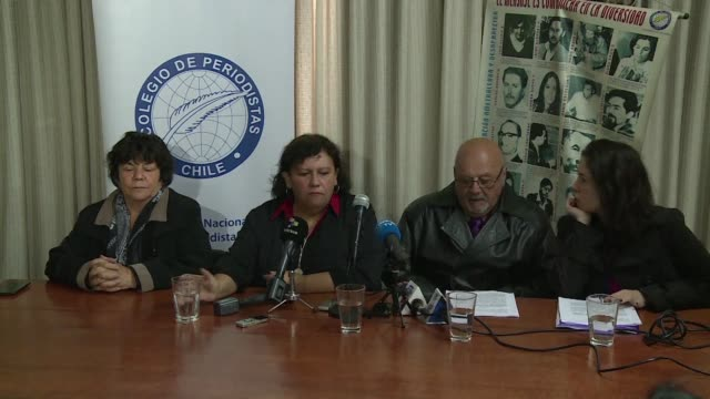 stockvideo's en b-roll-footage met associations of journalists and victims of pinochets military regime ask for the prosecution of agustin edwards the owner of chilean biggest media... - staatsgreep