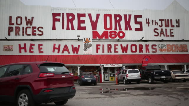 vidéos et rushes de assorted exterior and interior shots of the hee haw fireworks store in goodlettsville tennessee us on wednesday july 1 2020 - écriture européenne