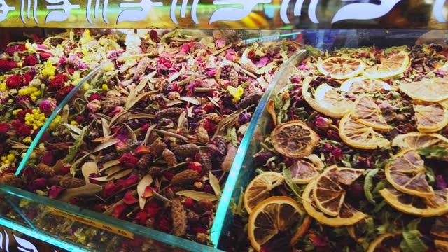 specialità assortite di tisane nel mercato delle spezie, istanbul - bazar delle spezie video stock e b–roll