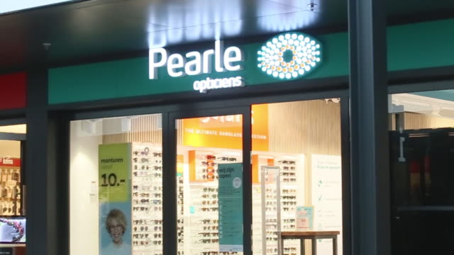 vídeos y material grabado en eventos de stock de assorted interior and exterior shots of pearle opticiens store in amstelveen north holland netherlands on wednesday july 1 2020 - escritura occidental