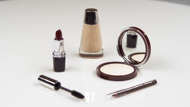 assorted make-up products. - fünf gegenstände stock-videos und b-roll-filmmaterial