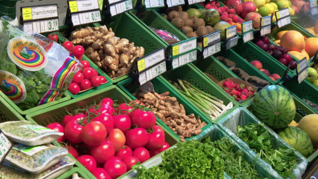 食料品店での果物や野菜の盛り合わせ - 熟した点の映像素材/bロール