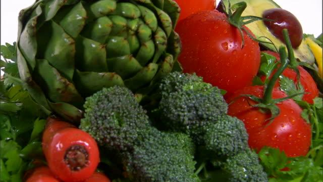 vídeos de stock, filmes e b-roll de cu assortment of fresh vegetables / orem, utah, usa - enfoque de objeto sobre a mesa