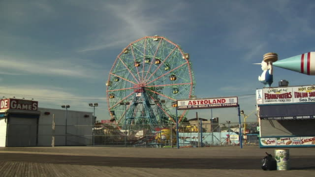 ws, astroland park, coney island, new york city, new york, usa - abwesenheit stock-videos und b-roll-filmmaterial