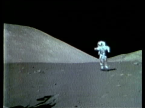 vídeos de stock e filmes b-roll de astronaut cernan hopping to camera, across lunar surface - lua