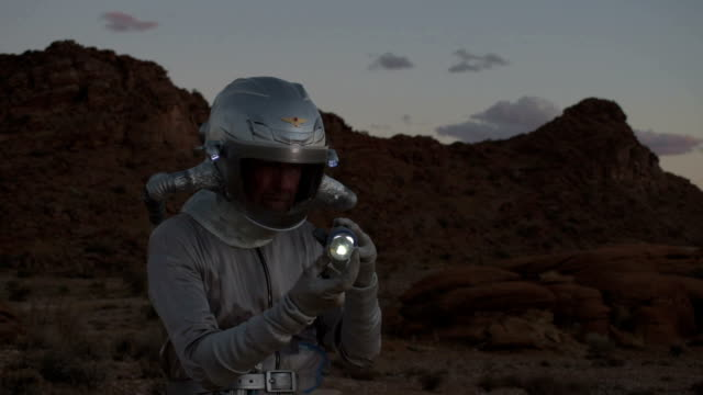 vídeos de stock, filmes e b-roll de astronauta, descobrindo uma bola de vidro estranho - amostra científica