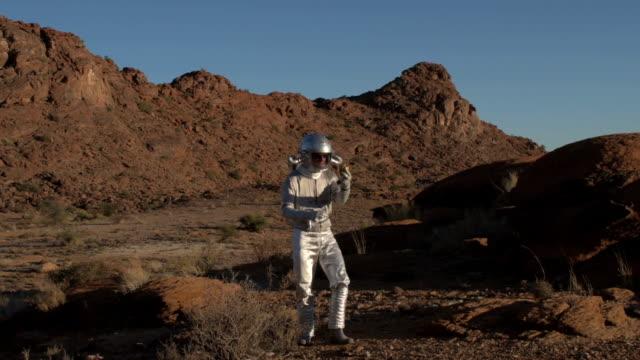 vídeos de stock, filmes e b-roll de astronauta, descobrindo uma estranha dourada pimenta - amostra científica