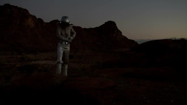 vídeos de stock, filmes e b-roll de descobrindo fragmento metálico de astronauta - amostra científica