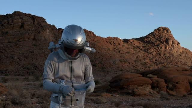 vídeos de stock, filmes e b-roll de esfera de vidro estranho descobrir astronauta - amostra científica
