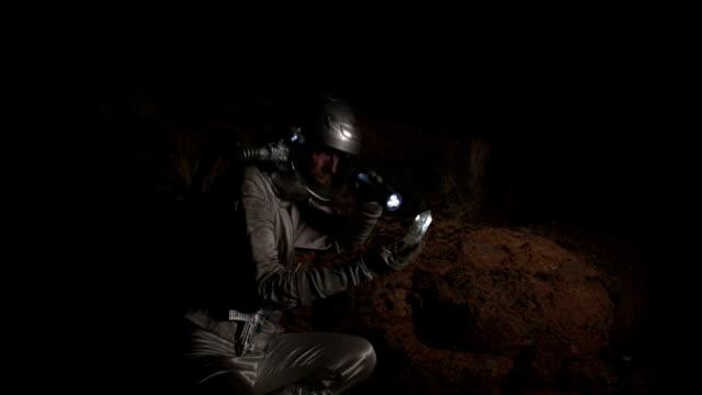 vídeos de stock, filmes e b-roll de astronauta descobre um estranho cristal de rocha - amostra científica
