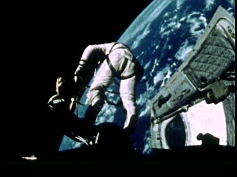 vídeos de stock, filmes e b-roll de astronaut edward white floating in space above earth during gemini iv mission spacewalk - 1965