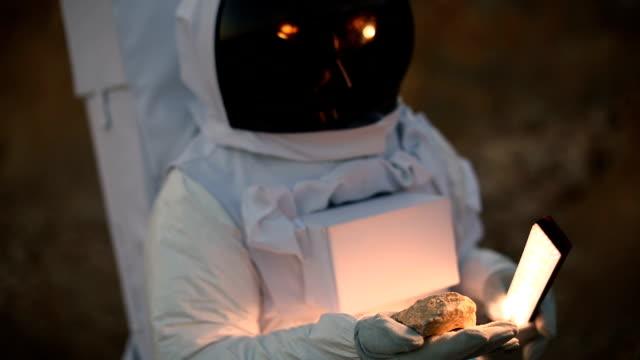宇宙飛行士探索惑星 - 宇宙服点の映像素材/bロール