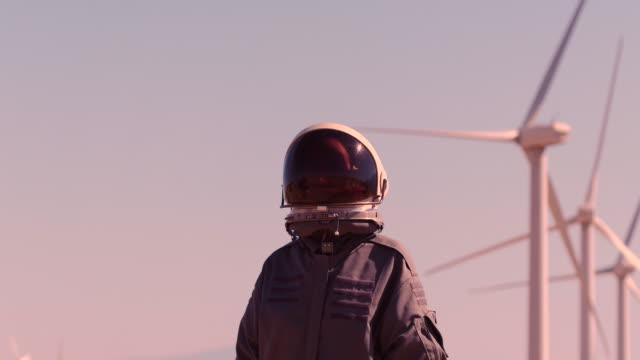 vídeos de stock, filmes e b-roll de astronaut in space suit - energia alternativa