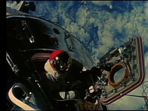 astronaut in spacesuit exiting capsule in space - 宇宙服点の映像素材/bロール