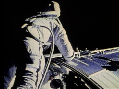 astronaut in spacesuit moving along side of ship in space / apollo 17 - nur männer über 30 stock-videos und b-roll-filmmaterial