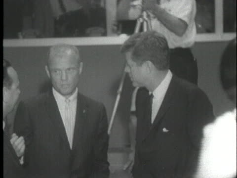 astronaut john glenn explains a point to us president john f. kennedy at cape canaveral just after glenn's historic space flight. - 1962年点の映像素材/bロール