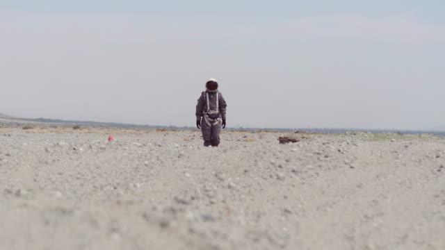 astronaut on mars - 宇宙飛行士点の映像素材/bロール