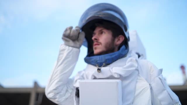 良い雰囲気を持つ新しい惑星の宇宙飛行士 - 宇宙飛行士点の映像素材/bロール