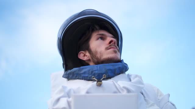 健康的な雰囲気を持つ地球上の宇宙飛行士 - 宇宙飛行士点の映像素材/bロール
