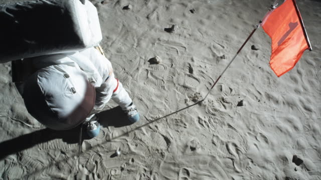 stockvideo's en b-roll-footage met ms slo mo astronaut playing golf on moon / berlin, germany - golf sport