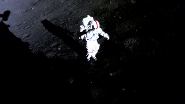 vídeos y material grabado en eventos de stock de / astronaut walking around on moon surface. apollo 17 astronaut on moon surface on december 11, 1972 in in space - gravedad cero