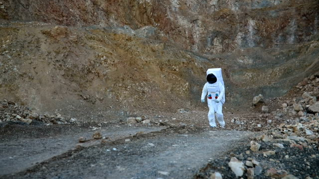 astronaut zu fuß auf dem mars - neue wege beschreiten stock-videos und b-roll-filmmaterial