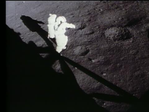 vídeos de stock e filmes b-roll de astronaut walking on moon by lander shadow / apollo 17 - astronauta
