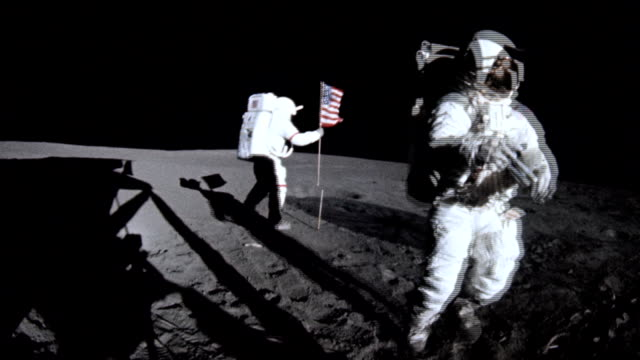 vídeos de stock e filmes b-roll de astronauts alan shepard and edgar mitchell planting american flag on the moon surface during apollo 14 mission on february 05 1971 - lua