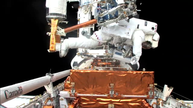 astronauts floating outside hubble making repairs on sts125 mission 4 to repair the telescope / astronauts make space walk / astronaut john grunsfeld... - sternenteleskop stock-videos und b-roll-filmmaterial